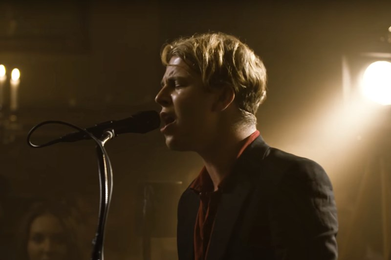 "Tom Odell interpretând live noul single ""Here I Am"""