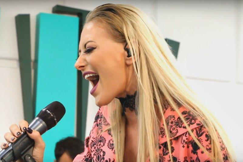 "Delia cântând piesa ""Love On The Brain"" (cover Rihanna)"