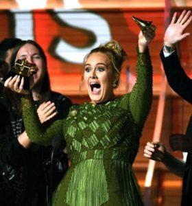Adele acceptând premiul Grammy pentru Albumul Anului