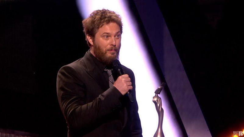 Duncan Jones accepta premiul Brit Award 2017 pentru David Bowie