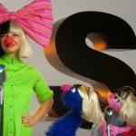 Sia Furler canta cu Muppets in Sesame Street
