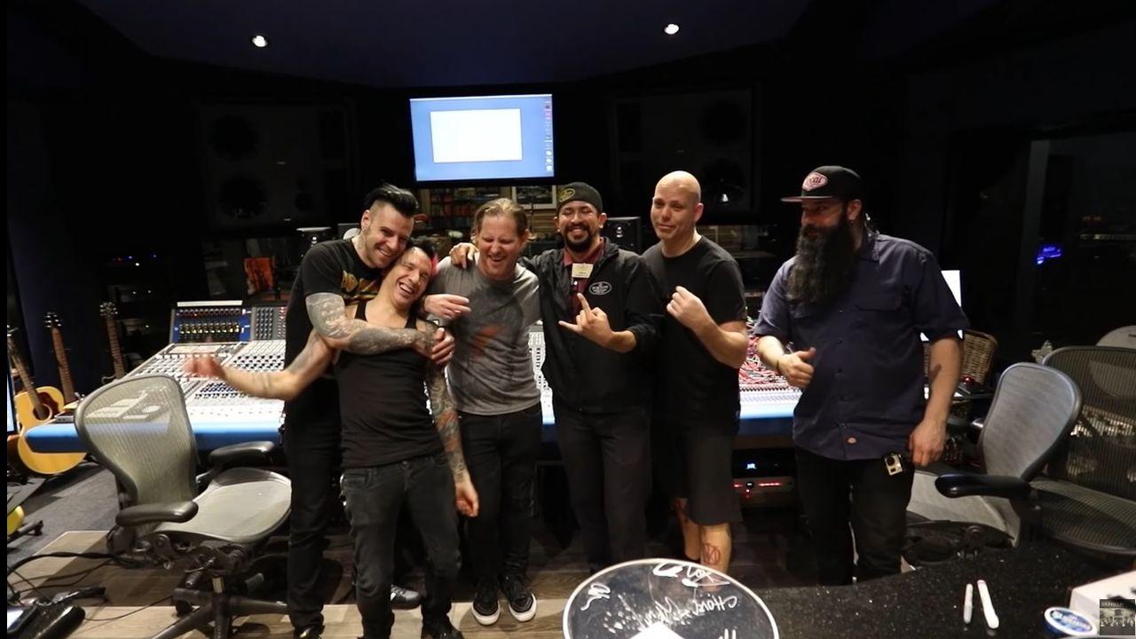 Stone Sour in studio cu un fan