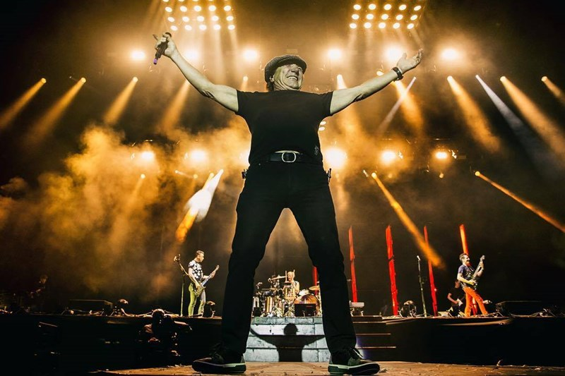 Brian Johnson alături de Muse la Reading Festival 2017