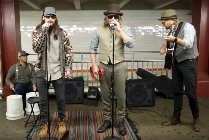 Adam Levine și Jimm Fallon cântă deghizați la metrou
