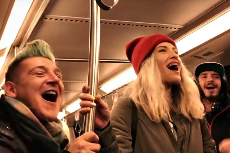 """Echipa Despot cântă """"We Will Rock You"""" la metrou"""