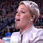 Pink cântând imnul la Super Bowl