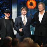 Alan Clark, Guy Fletcher și John Illsley reprezentând Dire Straits la ceremonia de introducere în Rock & Roll Hall of Fame de pe 14 aprilei 2018 din Cleveland, Ohio