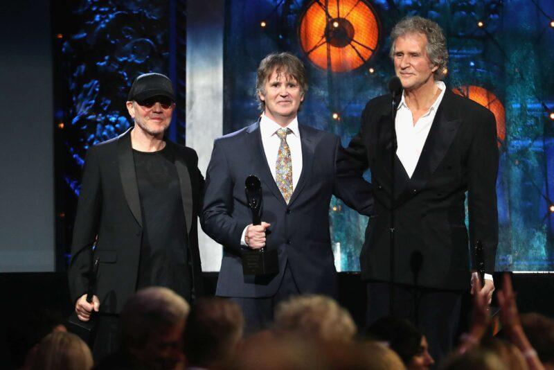 Alan Clark, Guy Fletcher și John Illsley reprezentând Dire Straits la ceremonia de introducere în Rock & Roll Hall of Fame de pe 14 aprilei 2018 din Cleveland, Ohio