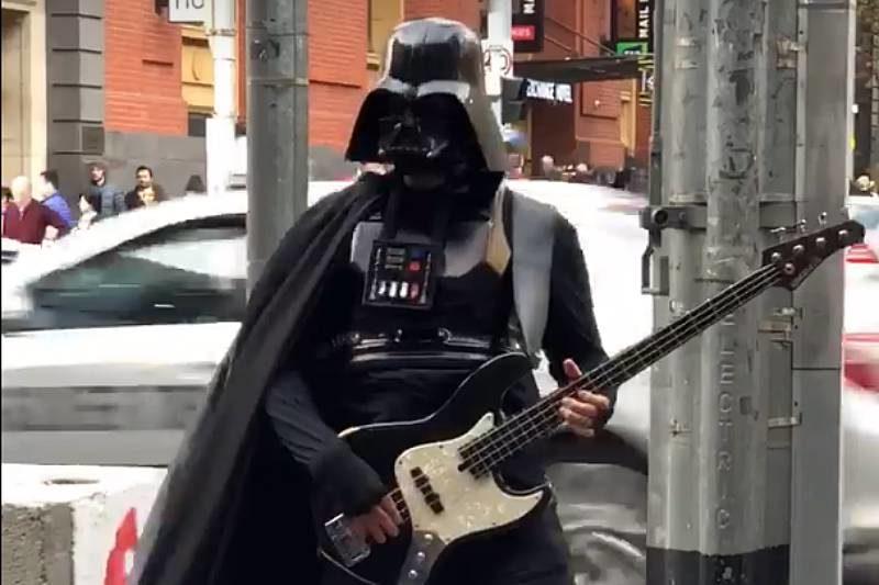 Darth Vader cântând la bas