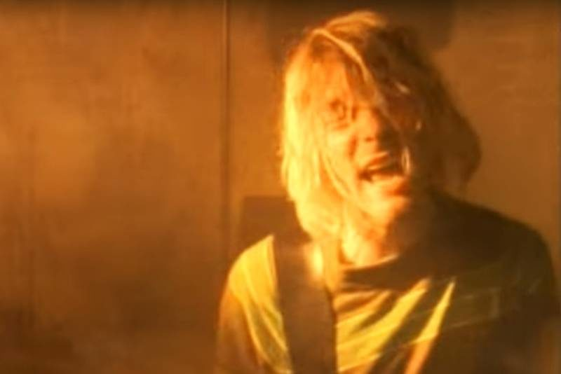 "Kurt Cobain în clipul ""Smells Like Teen Spirit"""