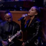 "Ariana Grande și The Roots cântând ""Natural Woman"" (cover Aretha Franklin)"