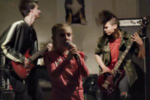 Copii interpretând o piesă Slipknot