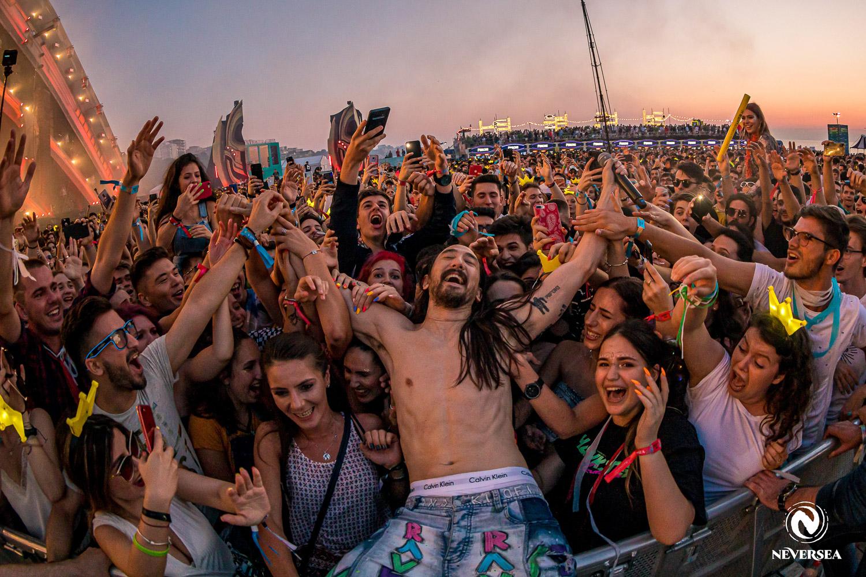 Steve Aoki s-a aruncat în mijlocul fanilor la Festivalul NEVERSEA 2019
