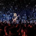 Kirk Hammett cântând în mijlocul publicului la concertul Metallica
