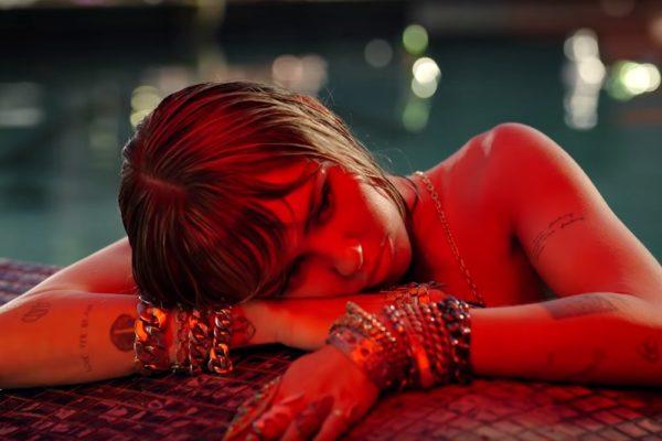 "Miley Cyrus în videoclipul ""Slide Away"" (Screenshot)"