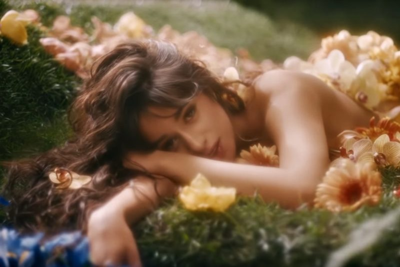 "Camila Cabello în videoclipul ""Living Proof"" (Screenshot)"