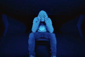 """Eminem în videoclipul """"Darkness"""" (Screenshot)"""