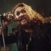 "Jason Momoa devine Ozzy Osbourne într-un clip promoţional pentru piesa ""Scary Little Green Men"""