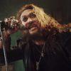 """Jason Momoa devine Ozzy Osbourne într-un clip promoţional pentru piesa """"Scary Little Green Men"""""""