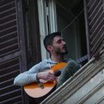 Un tânăr italian cântând de la balcon