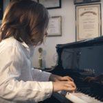 "Stelios Kerasidis cântând la pian ""valsul izolării"""