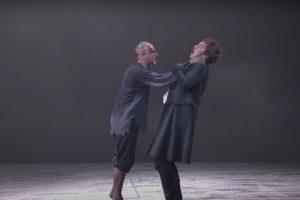 """Jonny Lee Miller și Benedict Cumberbatch în """"Frankenstein"""" (captură ecran)"""