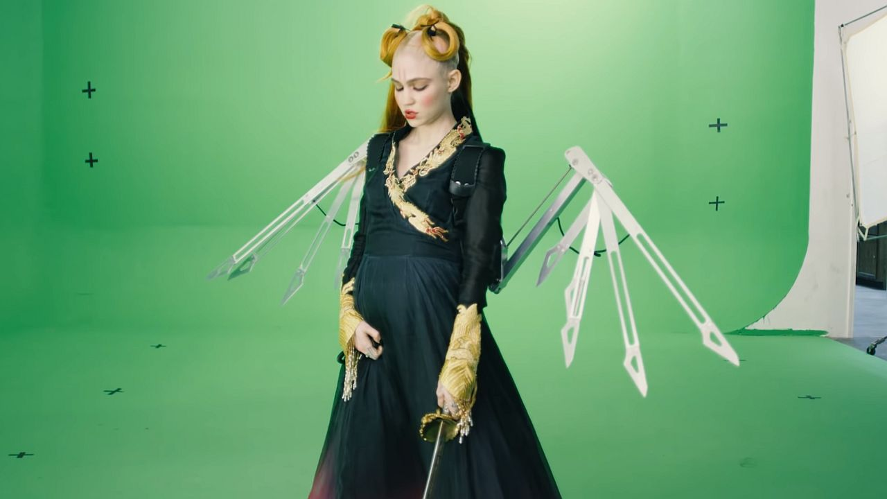 Videoclip Grimes You'll Miss Me When I'm Not Around