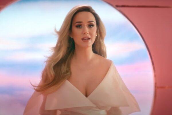 "Katy Perry în videoclipul piesei ""Never Worn White"""