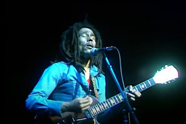"""Bob Marley în timpul concertului """"Live at the Rainbow"""" (captură ecran)"""