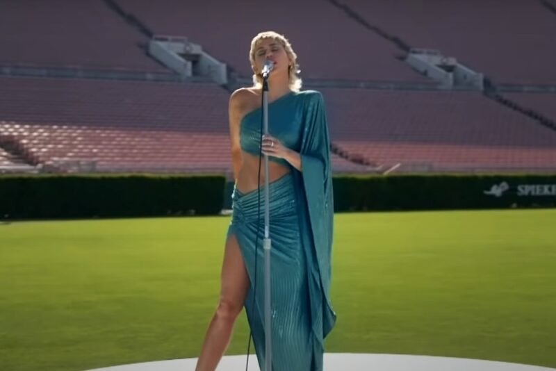 Miley Cyrus cântând