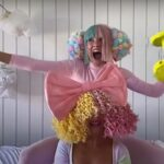 "Sia și Maddie Ziegler interpretând ""Together"" la Tonight Show: At Home Edition (captură ecran)"
