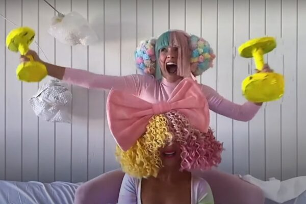 "Sia și Maddie Ziegler interpretând ""Together"" la Tonight Show: At Home Edition (captură ecran)"
