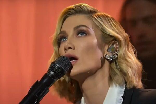 "Delta Goodrem cântând ""Paralyzed"" la The Voice Australia"