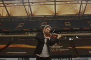 David Garrett interpretând imnul UEFA Europa League (captură ecran)
