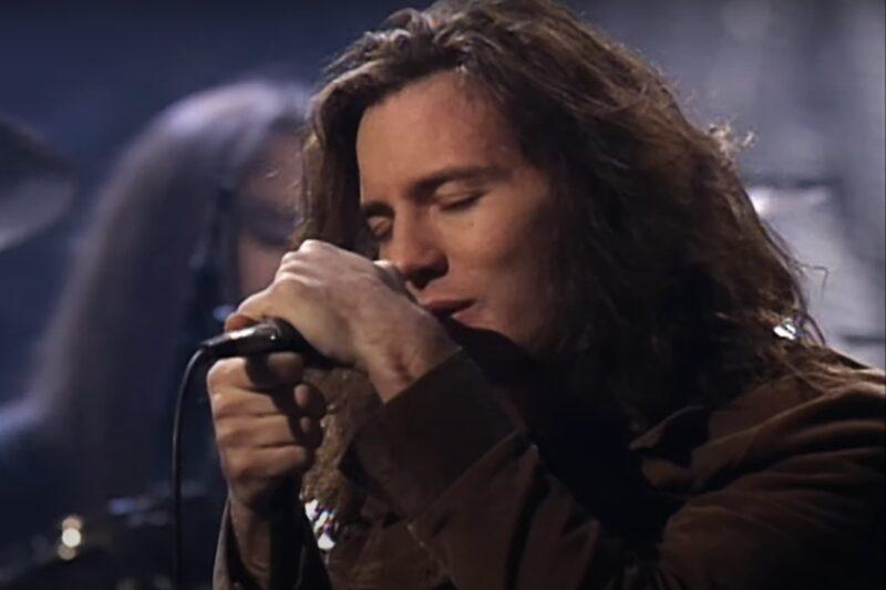 Eddie Vedder (Pearl Jam) cântând la MTV Unplugged (1992)