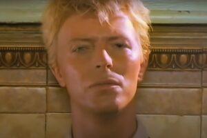 "David Bowie în videoclipul piesei ""Let's Dance"""