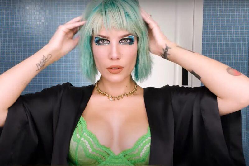 """Halsey în tutorialul de make-up """"about-face"""""""