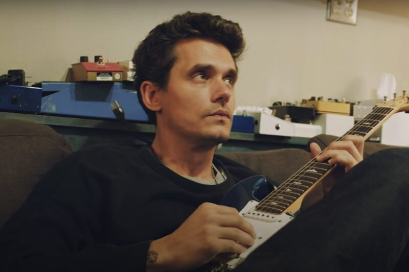 "John Mayer în clipul ""Carry Me Away"""