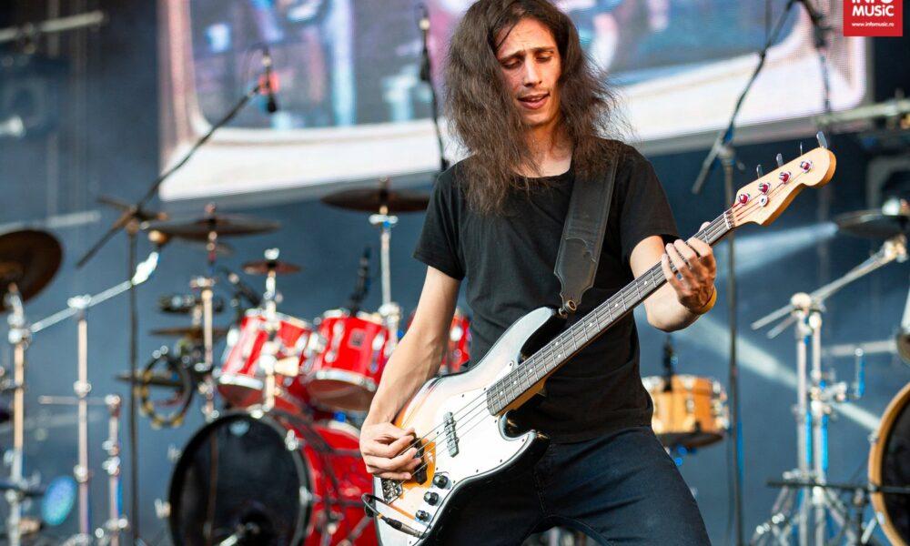 Alexandru Miu (chitară bas) în cadrul concertului COMPACT - Ca pe vremuri, Arenele Romane, 15 iunie 2017