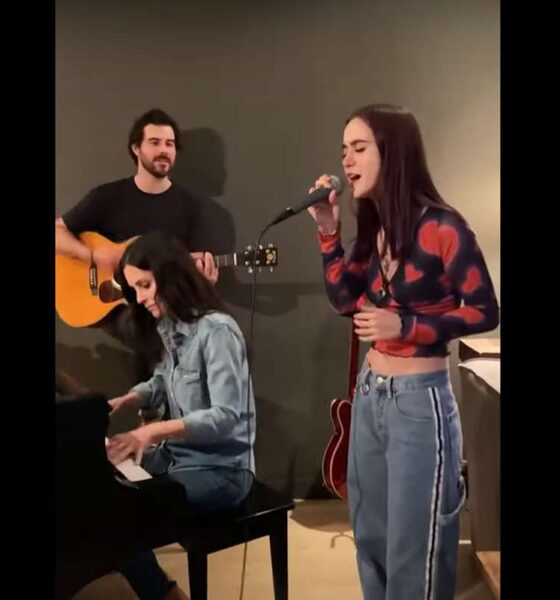 "Courtney Cox și fiica sa cântând ""Chasing Pavemets"""